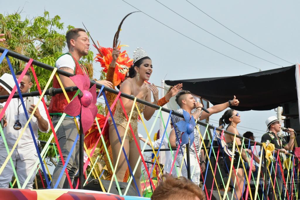 La periodista de EL HERALDO Estefanía Fajardo, reina del Carnaval de los Medios, saluda desde la carroza de esta casa editorial.