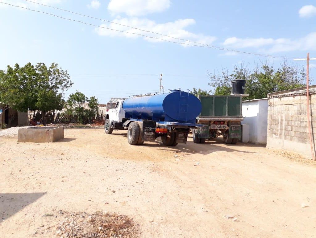 Carrotanques y pimpinas son usados para llevar el agua a Manaure.