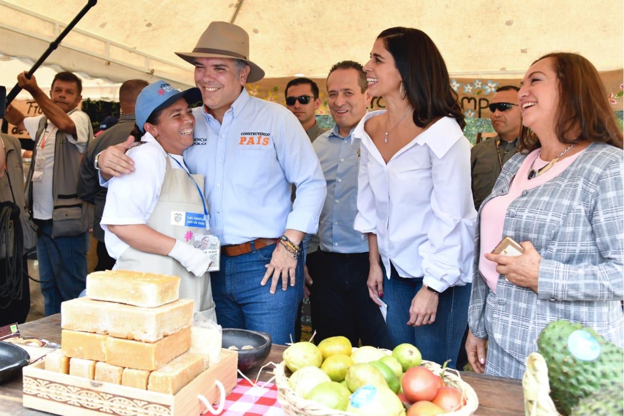 Antes de empezar el Taller Construyendo País en Timbío, el presidente recorrió la muestra de productos agrícolas del Programa Familias en su Tierra.