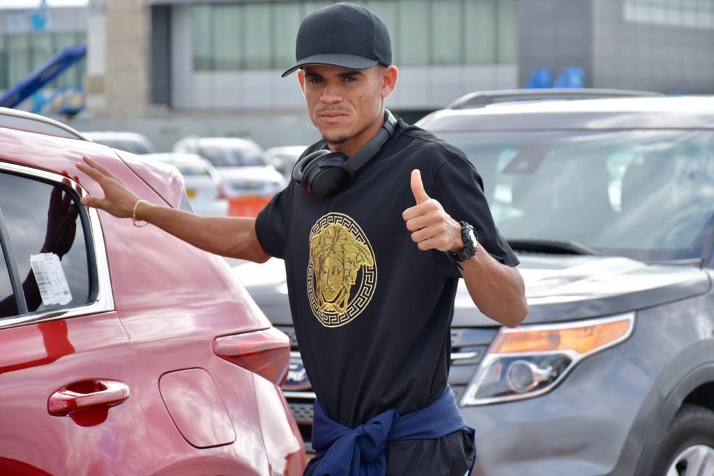 Luis Díaz salundo a sus seguidores en el aeropuerto Ernesto Cortissoz.