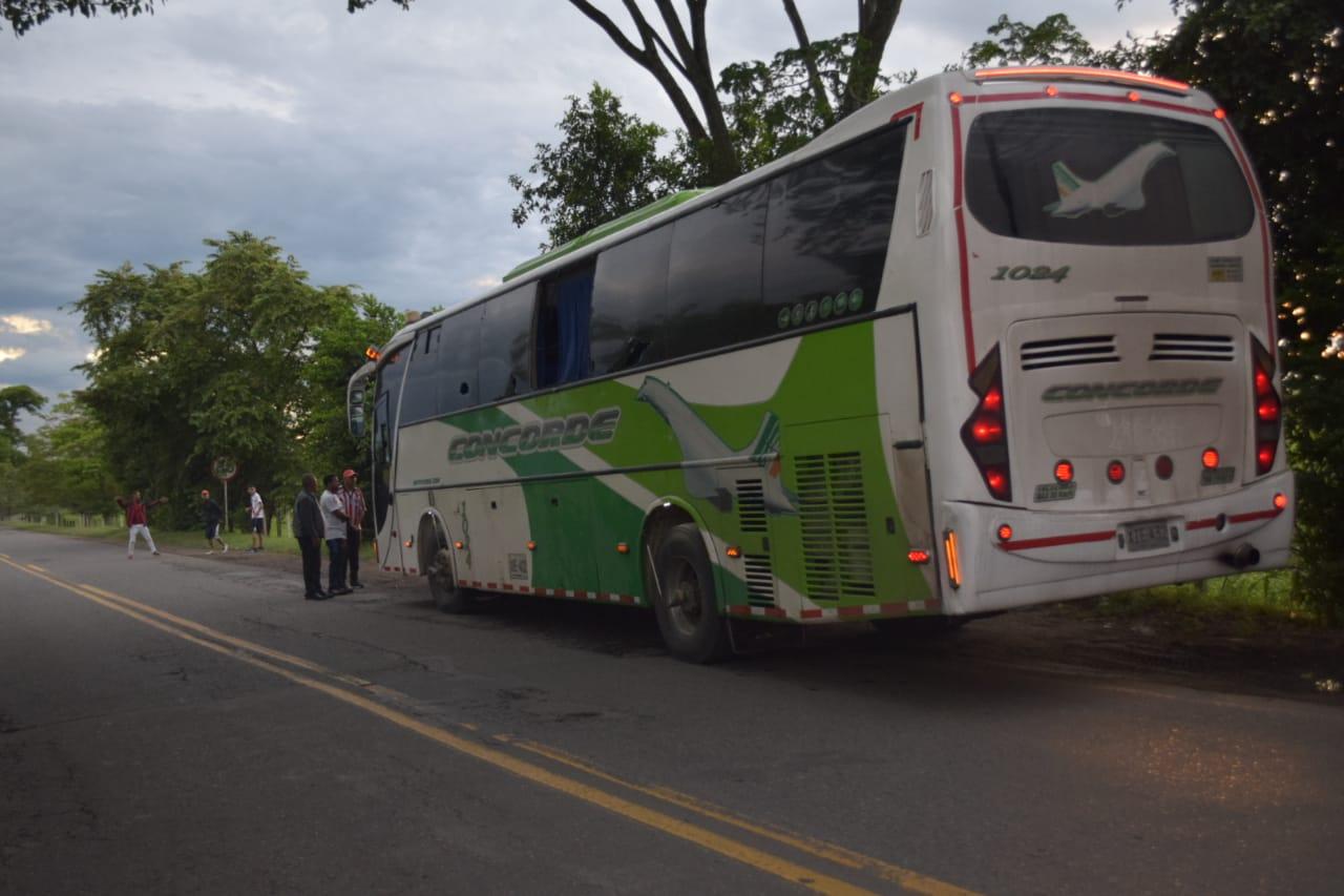 Este es uno de los buses atacados por barristas de los equipos Millonarios y Santa Fé, en Bogotá.