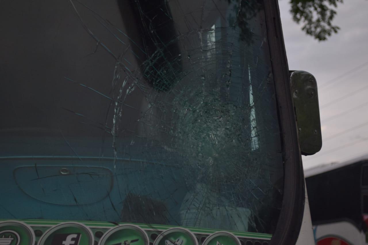Ventanilla de un bus destrozada por una piedra.