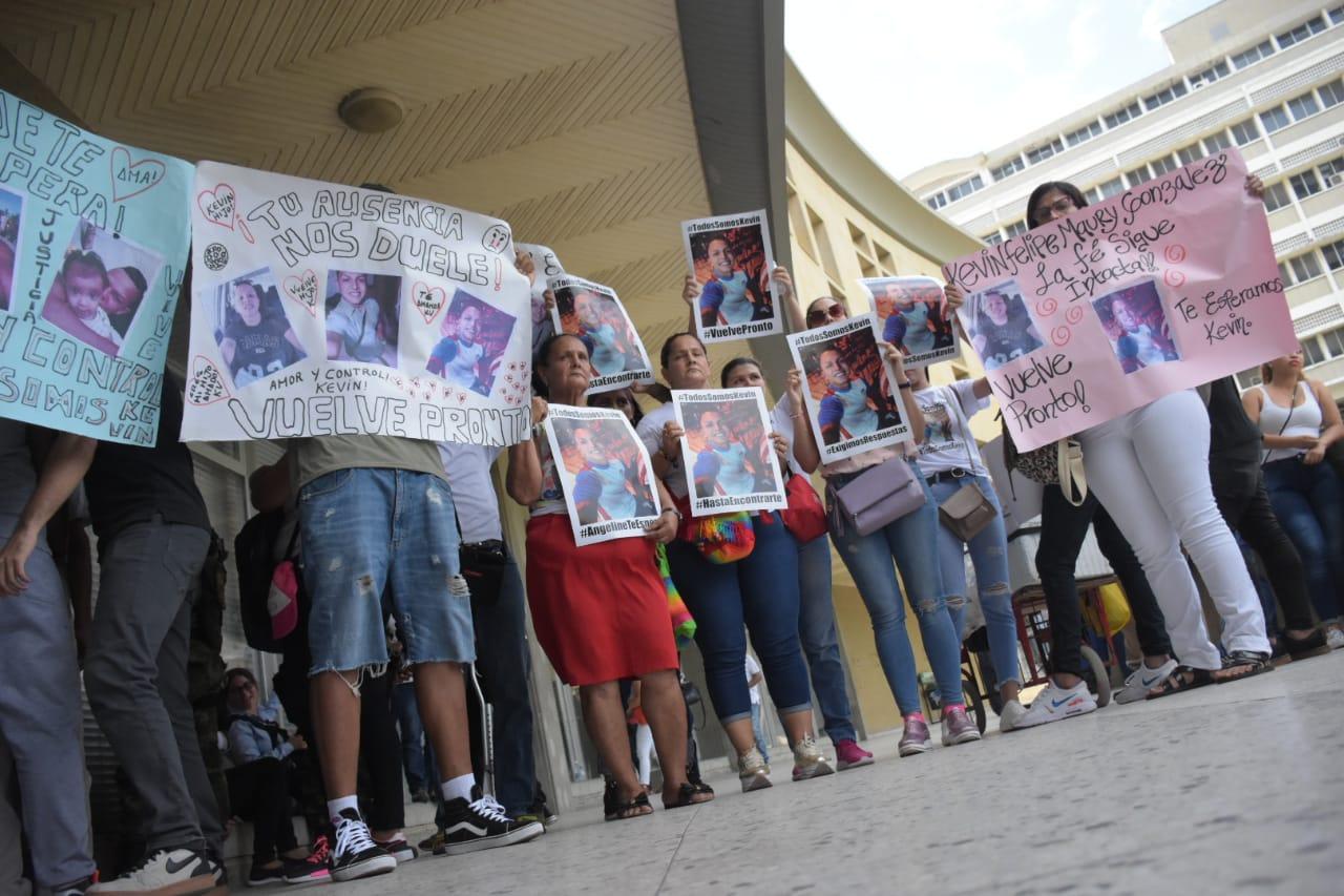 Familiares de Kevin Maury realizaron un plantón a las afueras de la audiencia para exigir justicia.