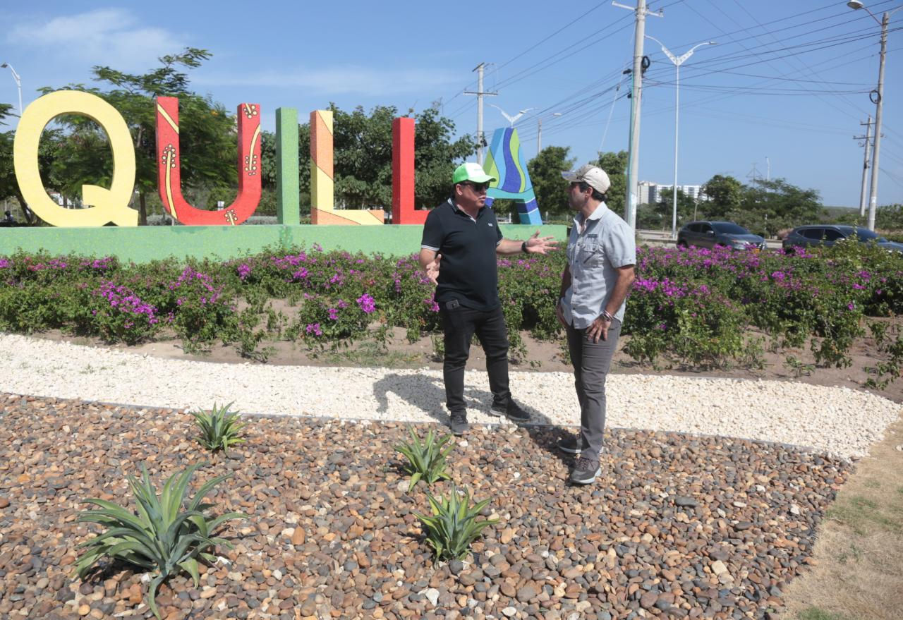 El director de la ADI, Alberto Salah y el alcalde Alejandro Char revisando zonas arborizadas.