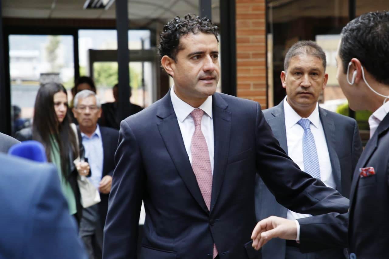 Francisco Uribe Noguera saliendo de la audiencia con su hermana Catalina al fondo.