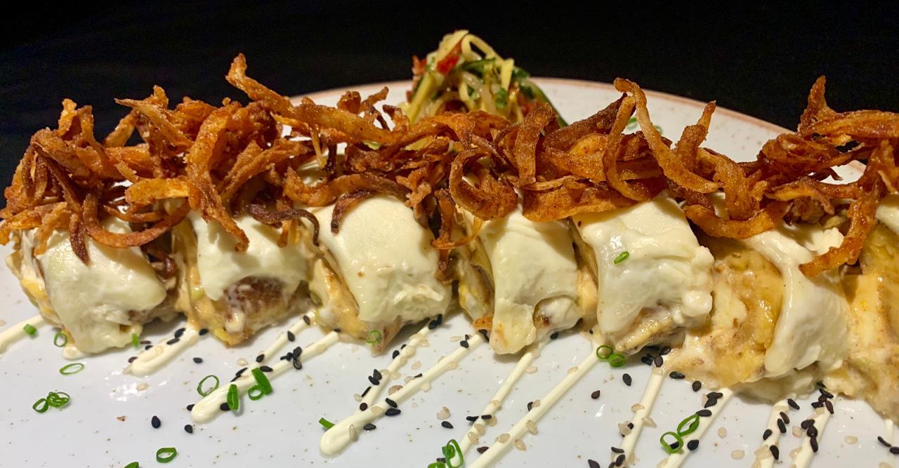 Roll de plátano: relleno de carne en posta, aguacate, queso costeño, gratinado en suero.