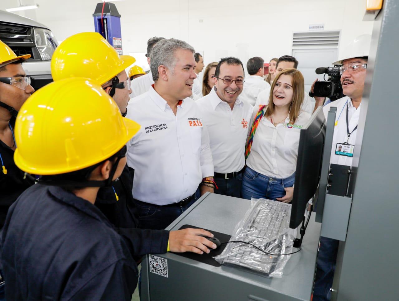 El presidente Duque observa la operación de uno de los equipos del nuevo Sena en Montelíbano.