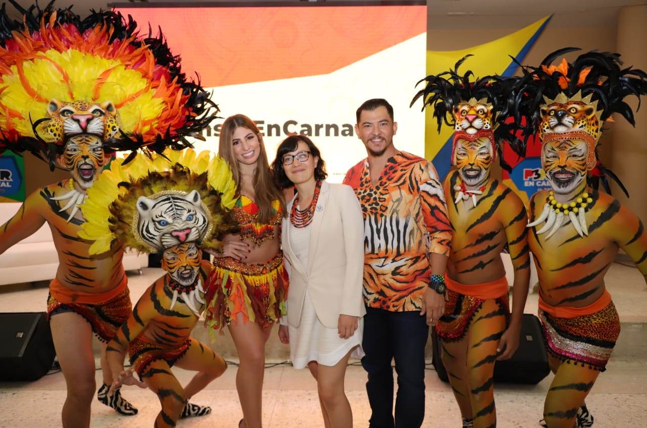 Isabella Chams, reina del Carnaval 2020, junto a Luis Demetrio Llanos, director de Selva Africana y Ana González, de la Unesco.