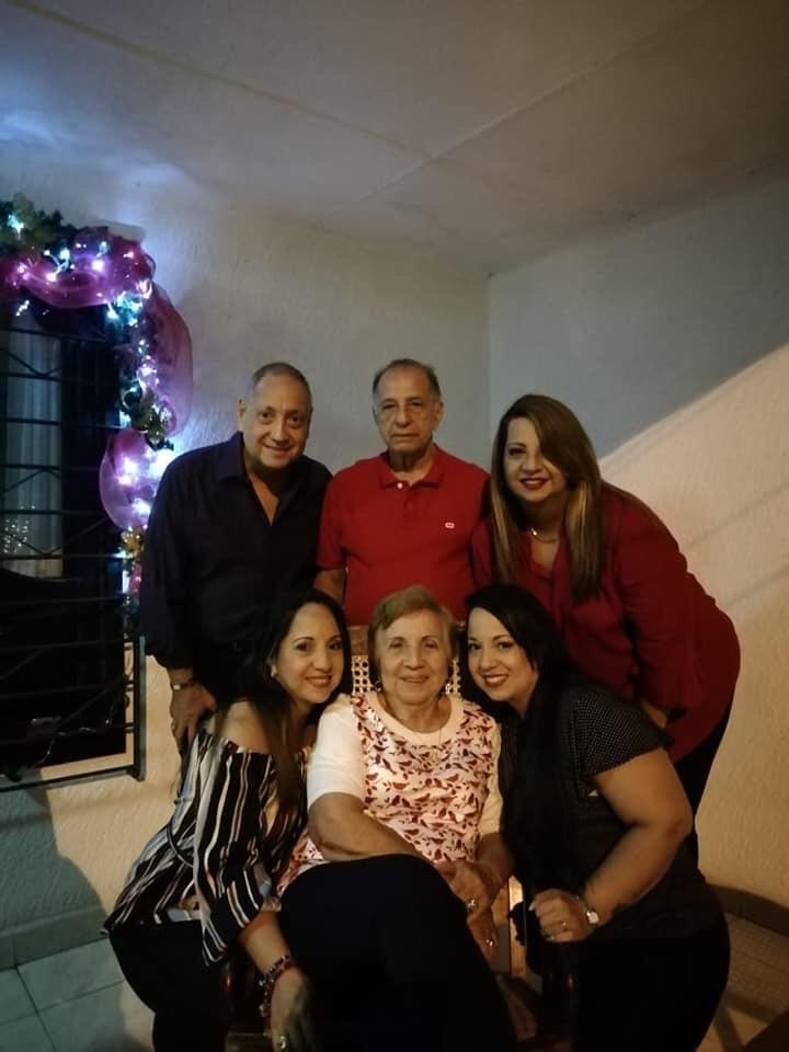 Eduardo José (hijo),Eduardo, Marjorie, Tatiana, Amalia y Johana en diciembre de 2018.