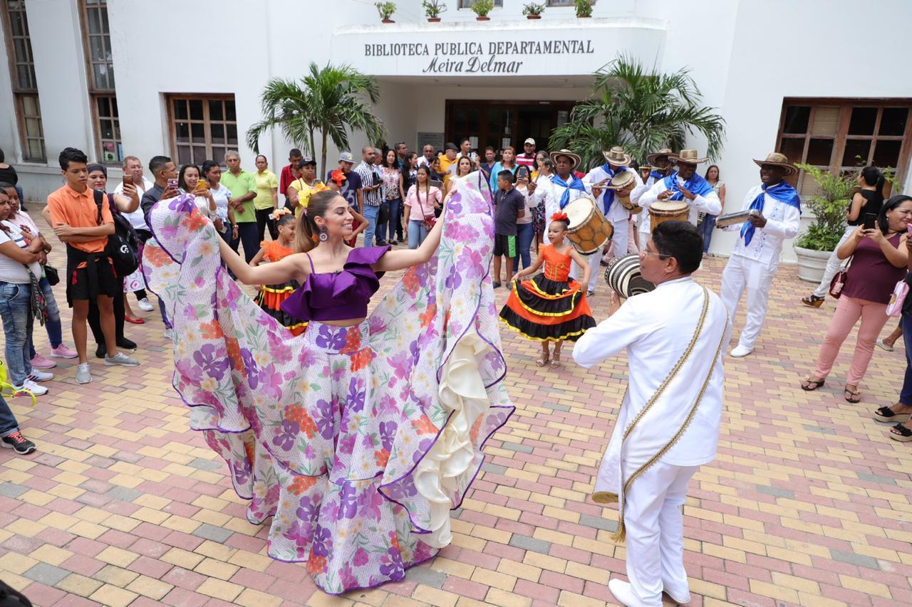 La reina de Carnaval 2020 da una muestra de baile durante el lanzamiento del concurso. |