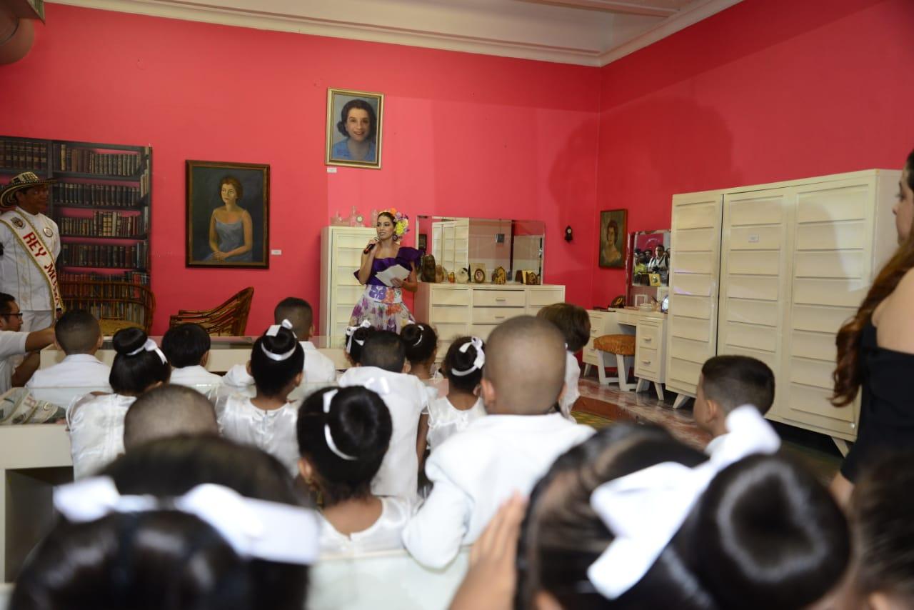 La reina Chams durante el lanzamiento del concurso de poesía. |