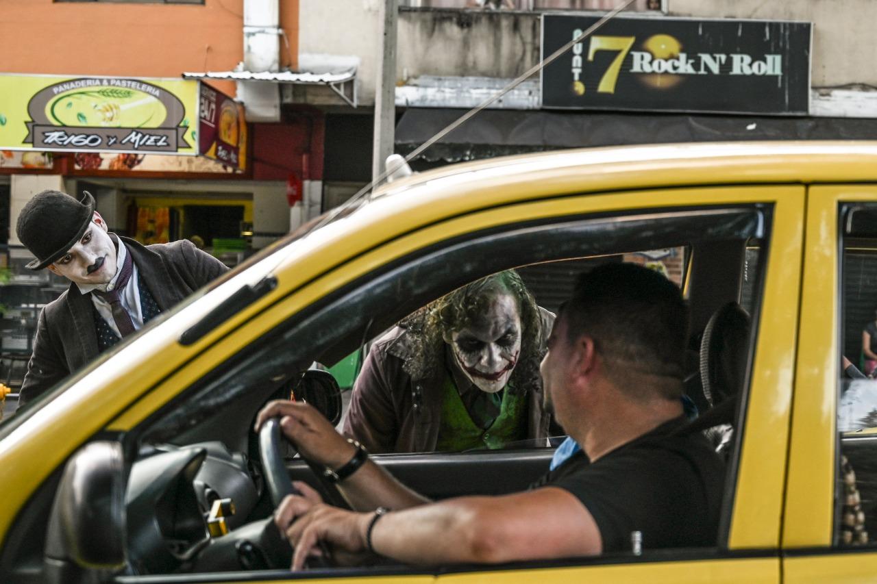 El actor se pasea por las calles de Medellín y trabaja en los semáforos y parques.