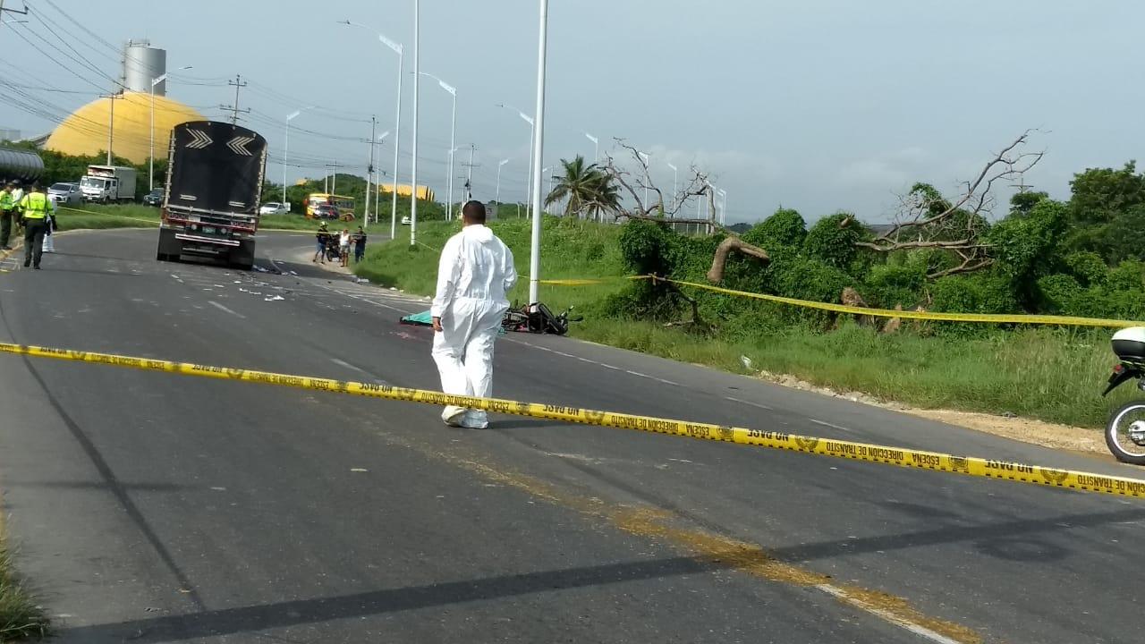 Personal de criminalística de la Policía en el levantamiento del cadáver.  |