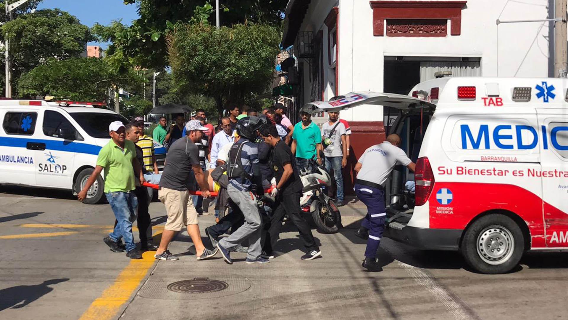 Momento en el que suben al motociclista en la ambulancia que lo trasladó a un centro de salud.