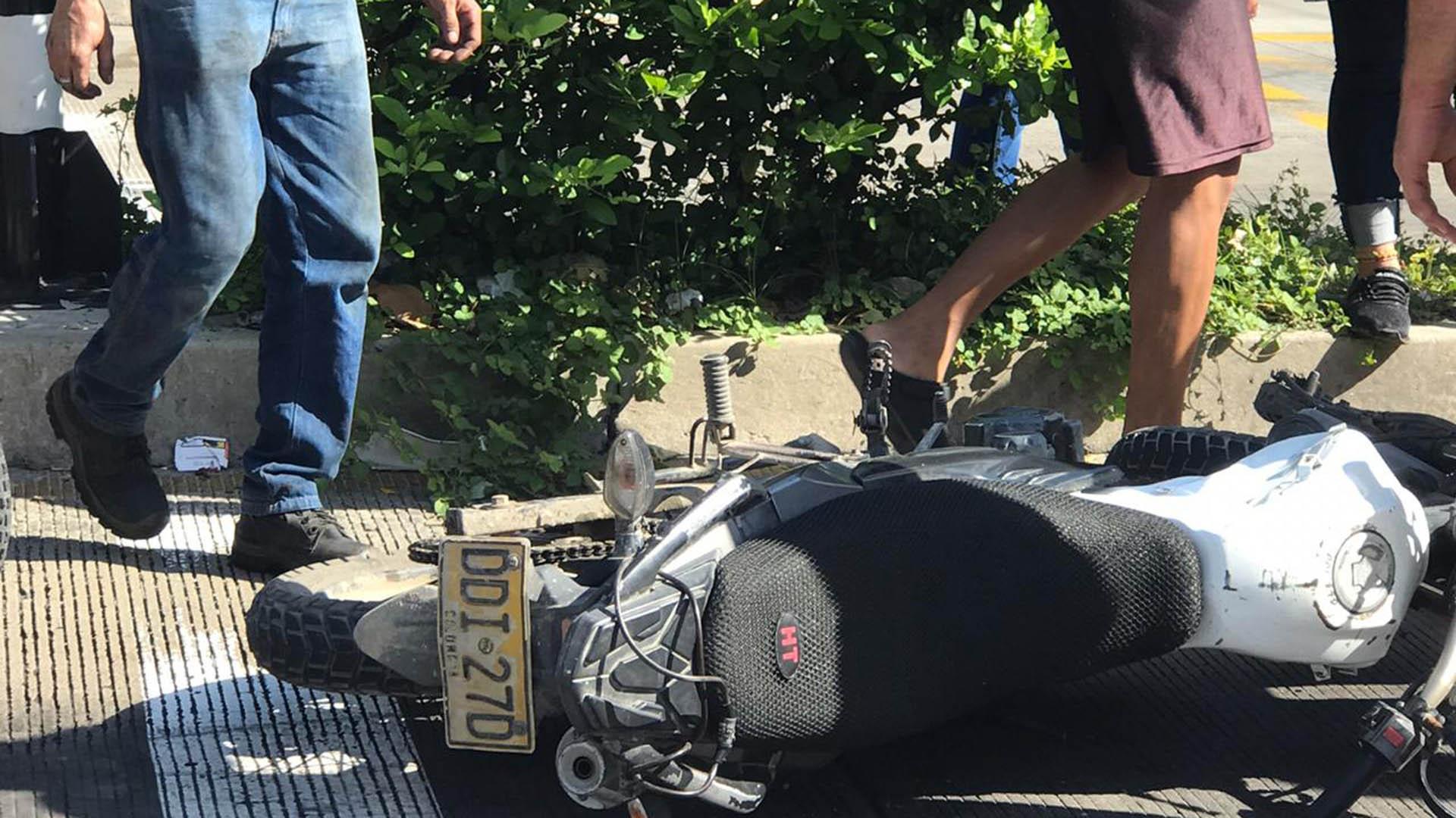 La moto quedó sobre la carrera 46, en el carril de 'Solo bus' de Transmetro.