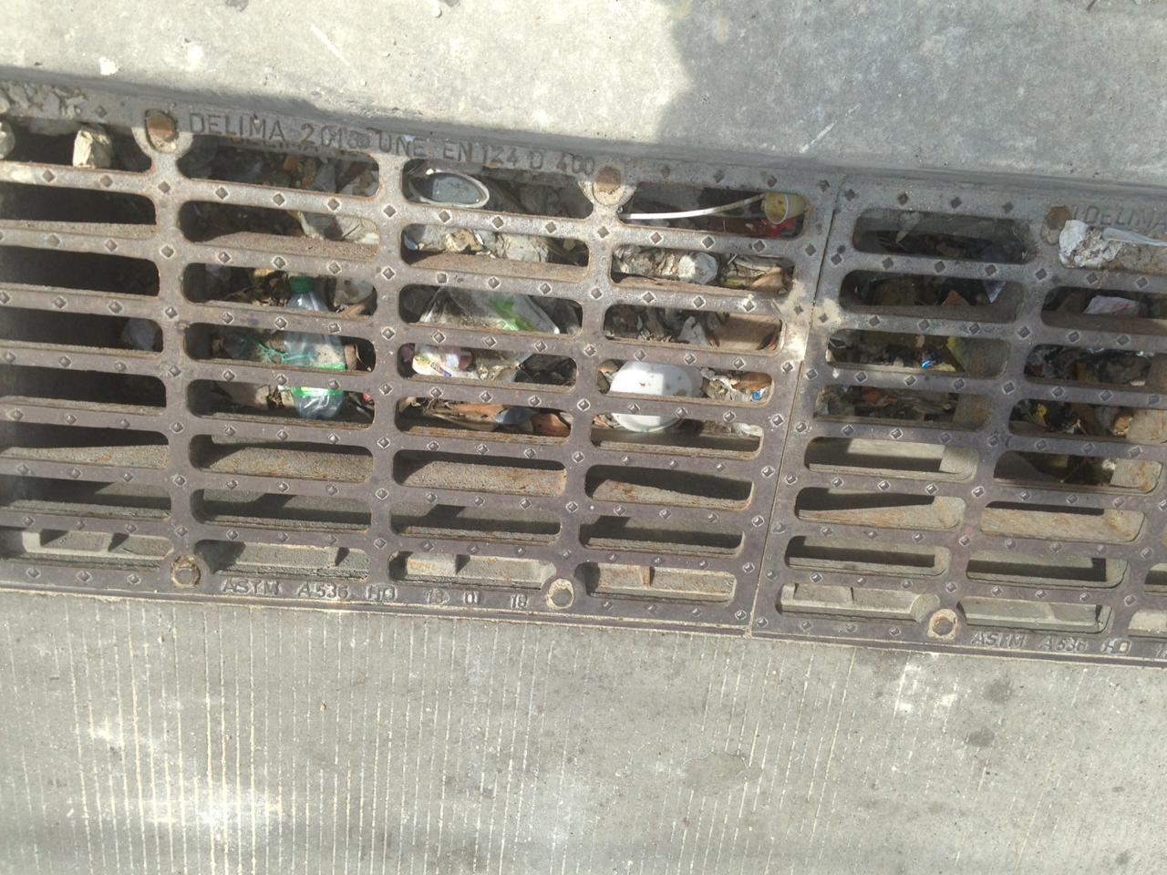 Rejillas totalmente obstruidas por la basura.