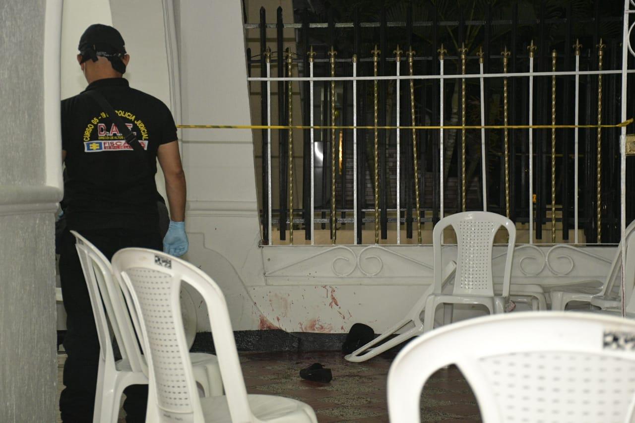 Las paredes de la casa donde ocurrió el atentado quedaron ensangrentadas.