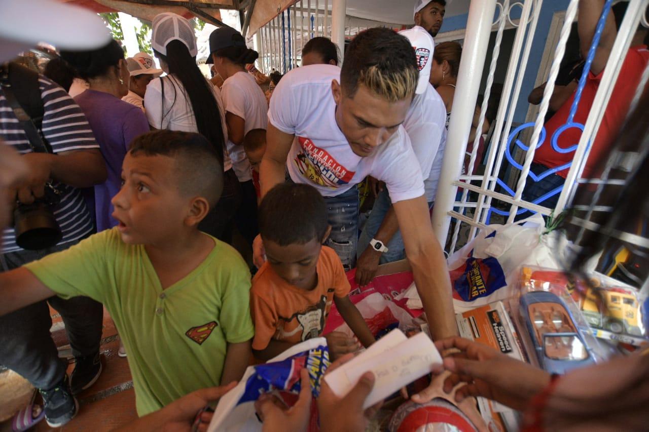 Teófilo Gutiérrez entrega los regalos a los niños de su barrio La Chinita.  
