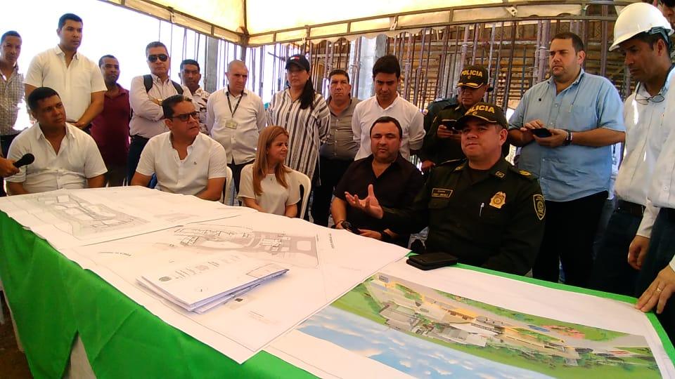 La gobernadora junto con el Secretario del Interior, Yesid Turbay y el comandante de la Policía del Atlántico, Henry Jiménez; en la revisión de los planos del Comando Departamental.