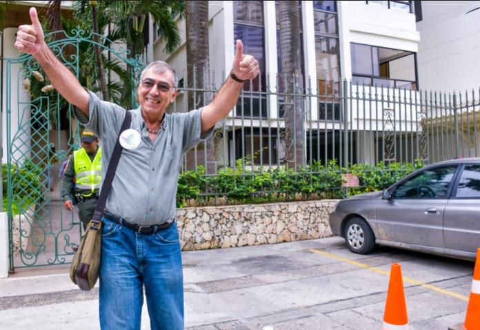 Dau saluda a varios ciudadanos por las calles de Cartagena.