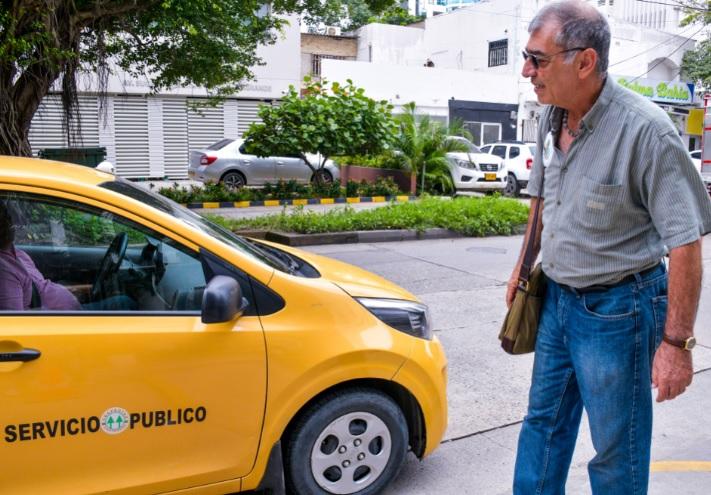 Un taxista se detiene para saludar al alcalde electo de Cartagena, William Dau.