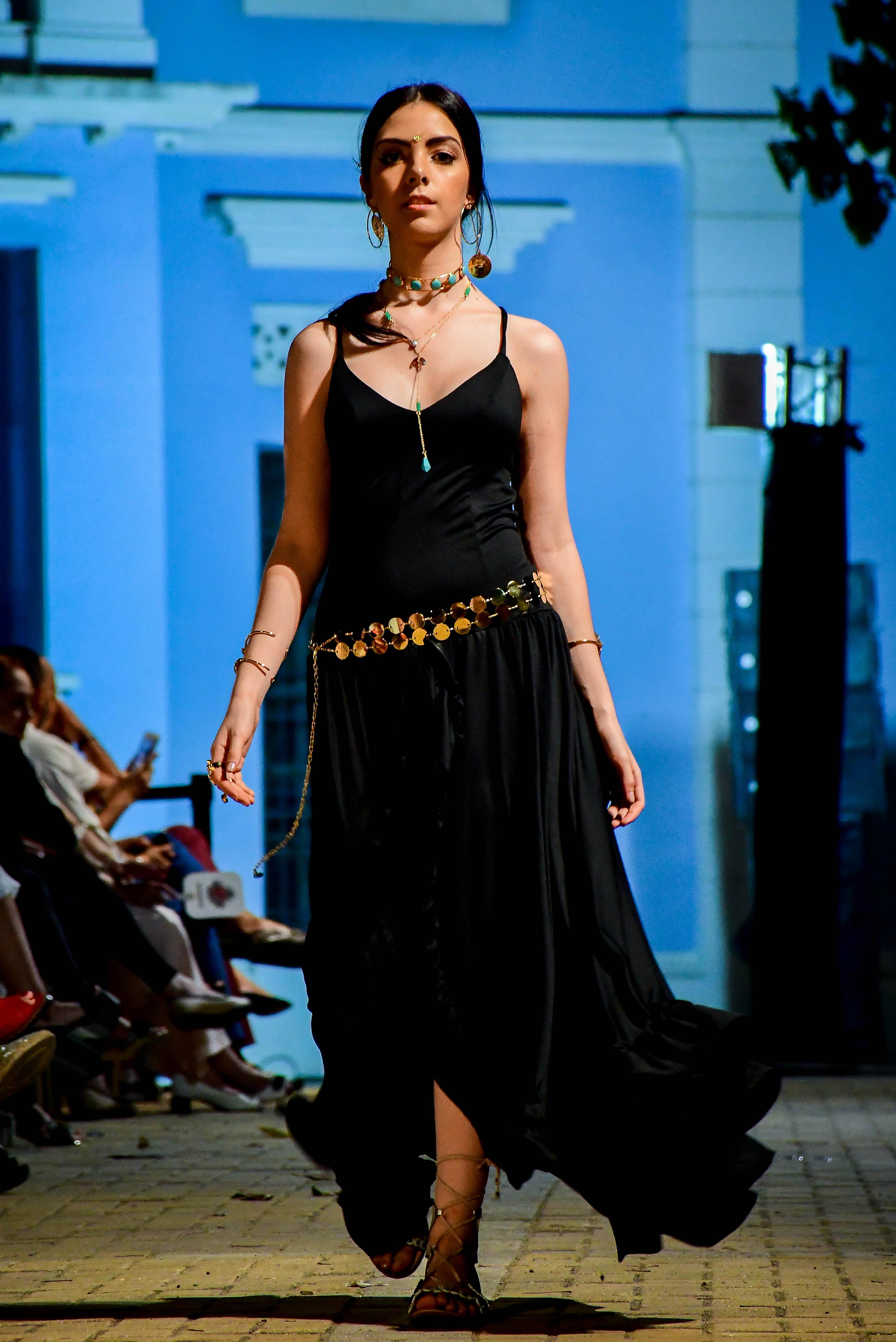 """La Magia de la Joyería de Xio Pérez. Las joyas reclamaron su importancia en la pasarela con la colección """"Bohemia Dorada"""" de Xio Pérez. Los diseños se lucieron en vestidos fluidos y colores sólidos."""