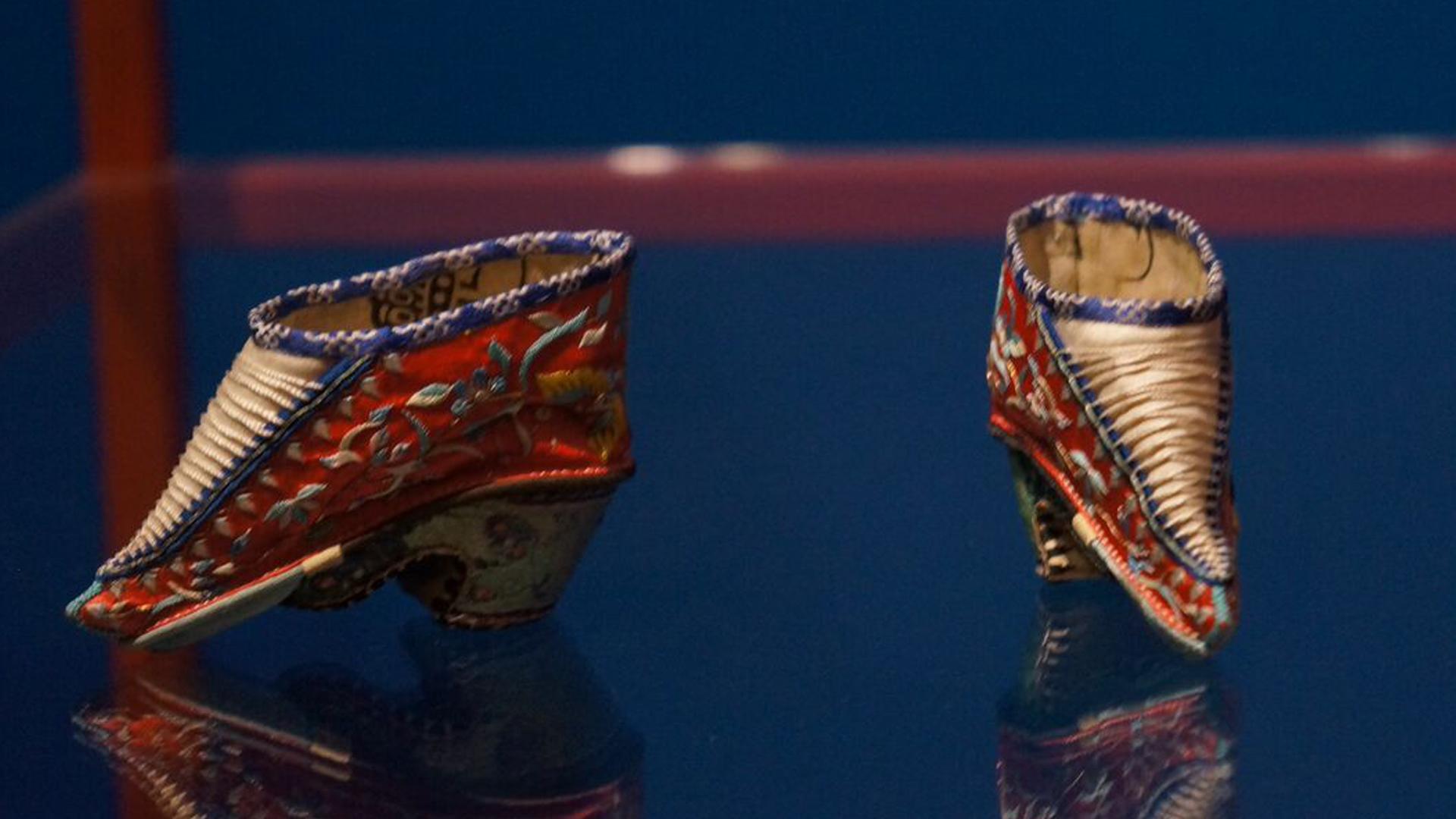 La exhibición muestra en retrospectiva la obsesión de las distintas culturas por los zapatos.